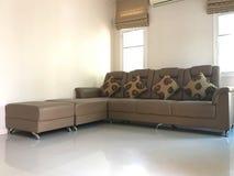 Sofa de L-forme de Brown avec le coussin fait à partir du tissu de fleur photo libre de droits