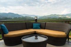Sofa de mode de vie de titre sur le paysage de montagne Images libres de droits