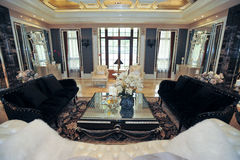 Sofa de noir de salle de séjour de villa Photos libres de droits