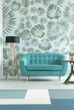 Sofa de turquoise dans le salon photographie stock