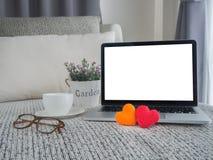 Sofa de vintage avec l'écran vide sur l'amour doux h d'ordinateur portable et de couples Photos stock