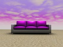 Sofa in der eindeutigen Installation Lizenzfreies Stockfoto