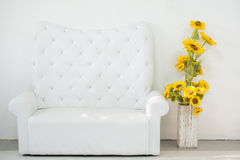 Sofa des weißen Leders Stockfotos