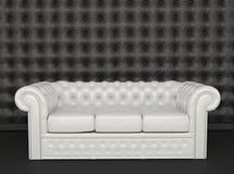 Sofa des weißen Leders auf einem schwarzen Hintergrund Lizenzfreies Stockbild