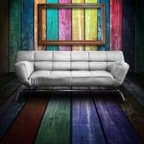 Sofa des weißen Leders im bunten hölzernen Raum Stockfoto