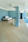 Sofa des weißen Leders im Pool Lizenzfreie Stockfotografie