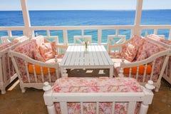 Sofa durch das Meer Lizenzfreies Stockbild