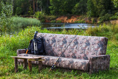 Sofa durch den Fluss Stockbilder