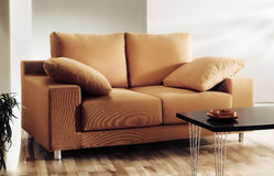 Sofa eller soffa i vardagsrum royaltyfri bild