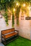 Sofa en bois dans la décoration d'arrière-cour Photographie stock libre de droits