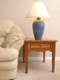 Sofa en cuir avec la lampe sur le plein Tableau d'extrémité image libre de droits
