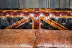 Sofa en cuir brun de vintage avec la texture de drapeau de l'Angleterre image libre de droits