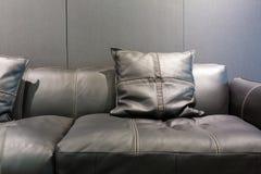 Sofa en cuir gris de style moderne photographie stock
