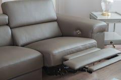 Sofa en cuir gris moderne, avec le recliner en position d'ouverture Photo stock