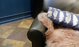 Sofa en cuir intérieur de salon avec les coussins et le plaid de fourrure image libre de droits