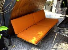 Sofa en cuir orange décoré dans le jardin photos libres de droits