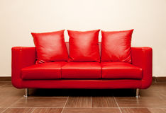 Sofa en cuir rouge Images libres de droits