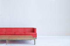Sofa en cuir rouge et une table en bois Mur vide avec l'espace vide blanc de copie Photos libres de droits