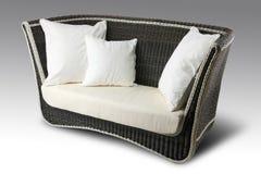 Sofa en osier avec des oreillers Image libre de droits