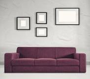 Sofa et cadres vides Photographie stock