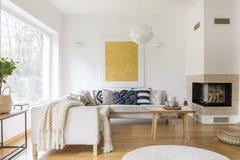 Sofa et cheminée photographie stock libre de droits