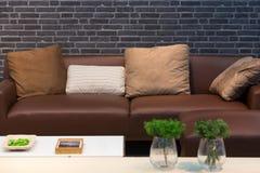 Sofa et coussins en cuir images stock