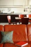 Sofa et intérieur rouges d'une cuisine Photographie stock libre de droits