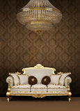 Sofa et lustre baroques en appartement de luxe Photo stock