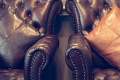 Sofa et oreillers en cuir Photographie stock libre de droits