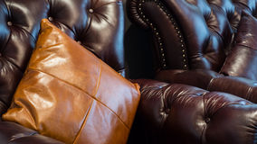 Sofa et oreillers en cuir Photo stock