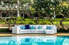 Sofa extérieur avec des coussins et des oreillers photos libres de droits