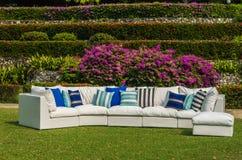 Sofa extérieur dans le jardin Photographie stock