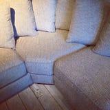 Sofa faisant le coin confortable avec un bon nombre de coussins Photographie stock libre de droits