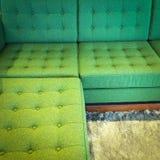 Sofa faisant le coin vert confortable Photos stock