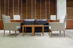Sofa, fauteuils et table dans le bureau Photo stock