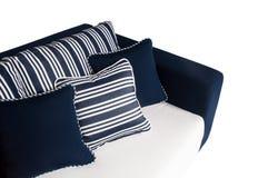 Sofa im Freien mit Kissen und Kissen Lizenzfreies Stockfoto