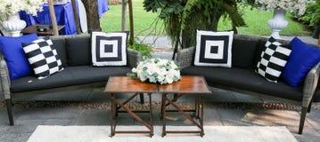 Sofa im Freienverziert mit weißen Rosen Stockfotografie