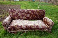 Sofa im Garten lizenzfreies stockfoto
