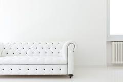 Sofa im weißen Raum Lizenzfreies Stockbild