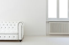 Sofa im weißen Raum, Sonderkommando lizenzfreies stockbild