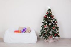 Sofa intérieur de cadeaux de nouvelle année de cabane dans un arbre de Noël photo stock