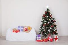 Sofa intérieur de cadeaux de nouvelle année de cabane dans un arbre de Noël photos libres de droits