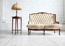Sofa luxueux dans la chambre de cru Images libres de droits