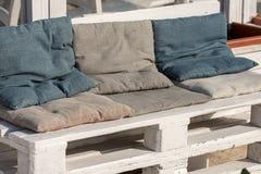 Sofa Made da pálete de madeira imagem de stock royalty free