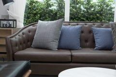 Sofa mit Kissen Stockbild