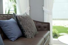 Sofa mit Kissen Lizenzfreies Stockbild