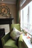 Sofa mit Kissen durch das Fenster lizenzfreie stockbilder