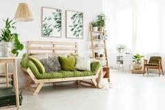 Sofa mit Kissen im Innenraum stockbilder