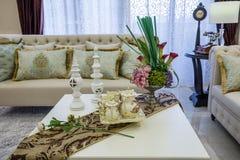 Sofa Modern-van de het ontwerpwoonkamer van het luxe binnenlandse huis de woonkamervilla Stock Afbeeldingen