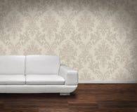 Sofa moderne sur l'étage foncé Images stock